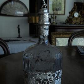 Bottiglia in argento e cristallo inciso