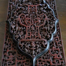 Pannello in legno traforato laccato in rosso e nero