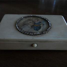 Scatola in avorio con miniature